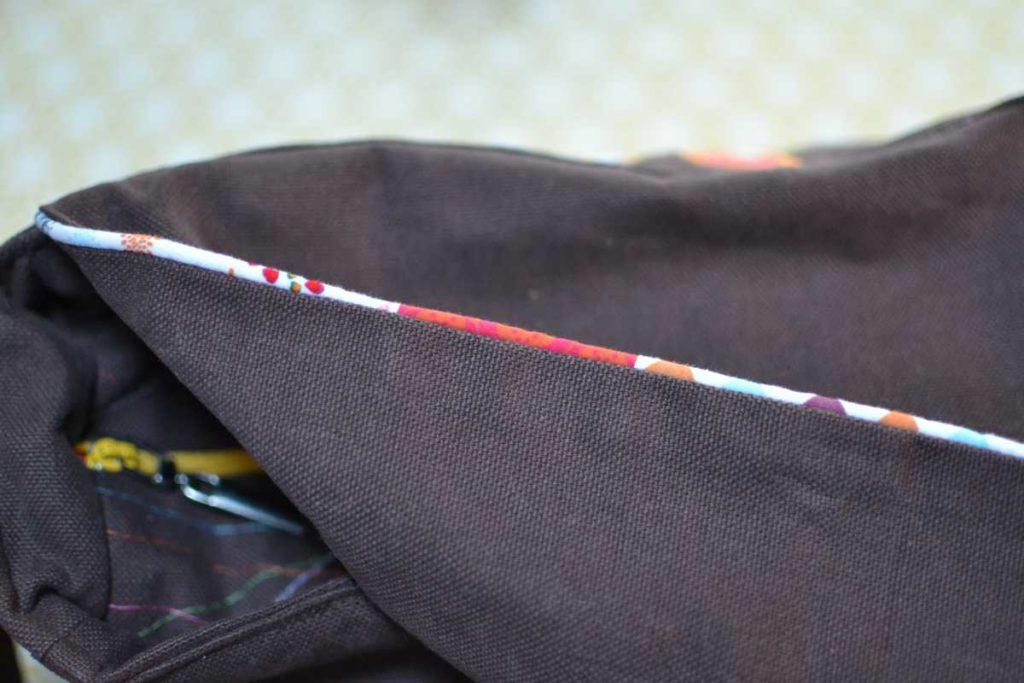 détail passepoil multicolore