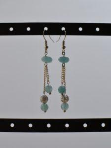 boucles d'oreilles pendantes argentées et quartz bleu