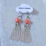 boucles d'oreilles pompons argentés et perles corail