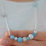 collier plastron perles quartz bleu et perles ajourées argentées