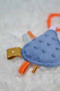 détails mini doudou étiquettes goutte bleue