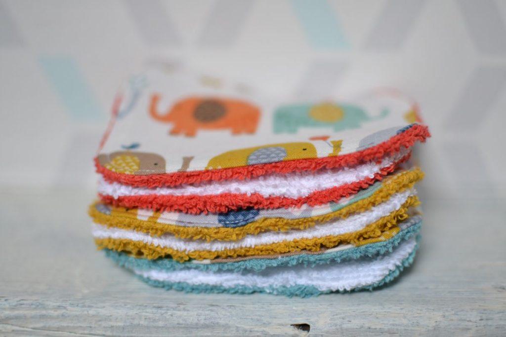 pile de lingettes bébé éponge multicolore