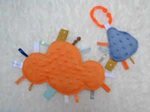 lot doudous étiquettes orange et bleu