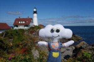 Mr Dream devant un phare de la côte du Maine