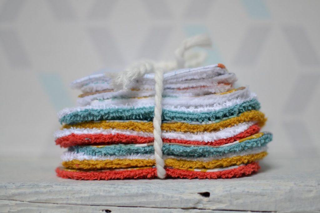 pile de lingettes multicolores pour bébé