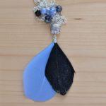 sautoir argenté plumes et perles noires et bleues