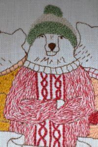 ours brodé avec bonnet et pull à bicolore à torsade