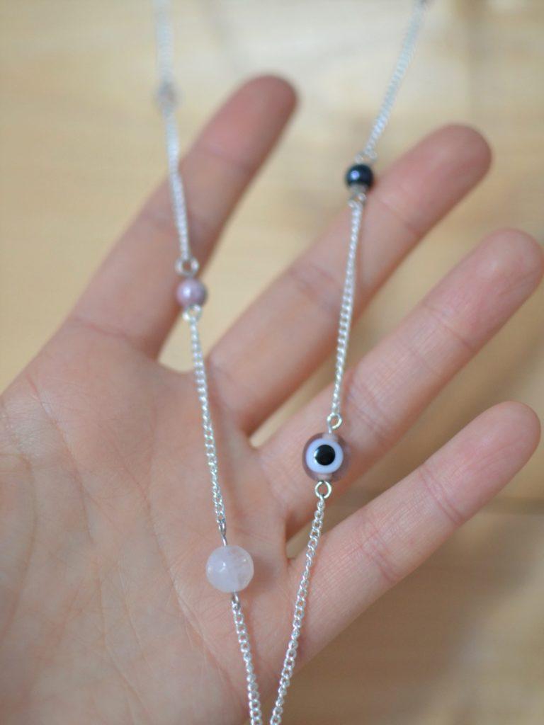 chaîne argentée et perles rose, noir, blanc