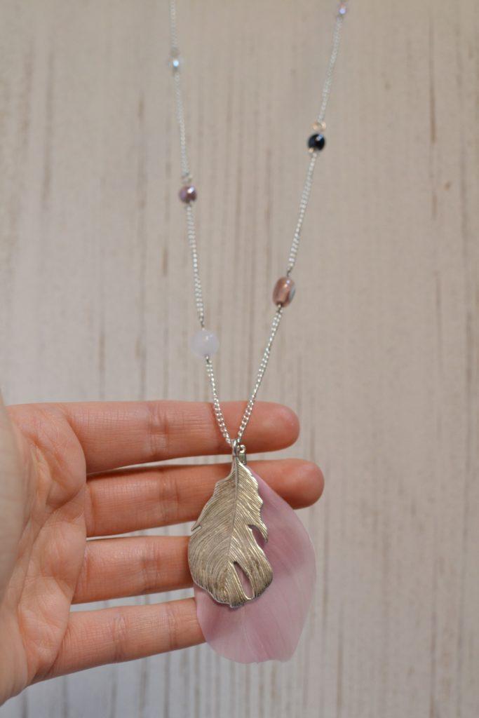 détail sautoir perles plumes