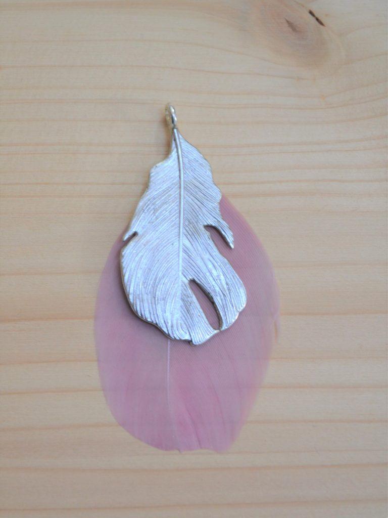 pendentif plume argentée et plume rose