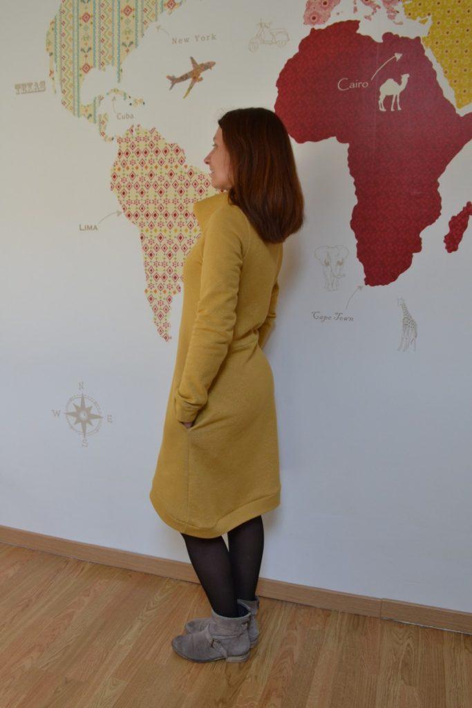 robe pull cocon jaune moutarde à paillettes portée profil gauche