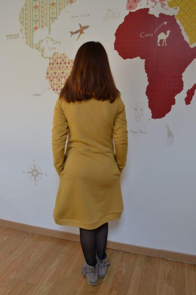 robe pull cocon jaune moutarde à paillettes portée de dos