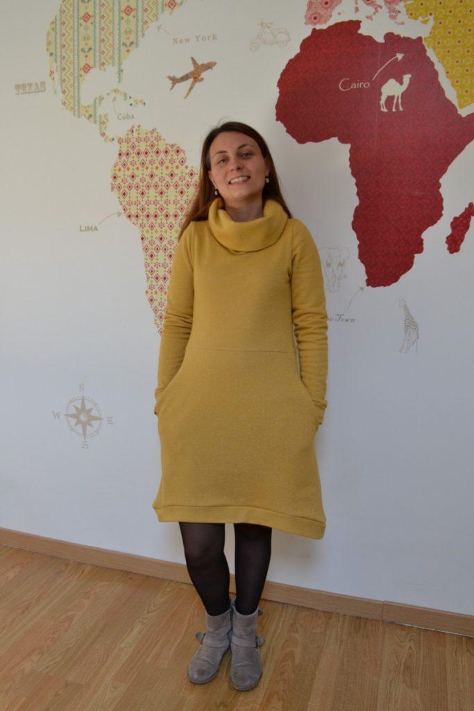 robe pull cocon jaune moutarde à paillettes portée de face