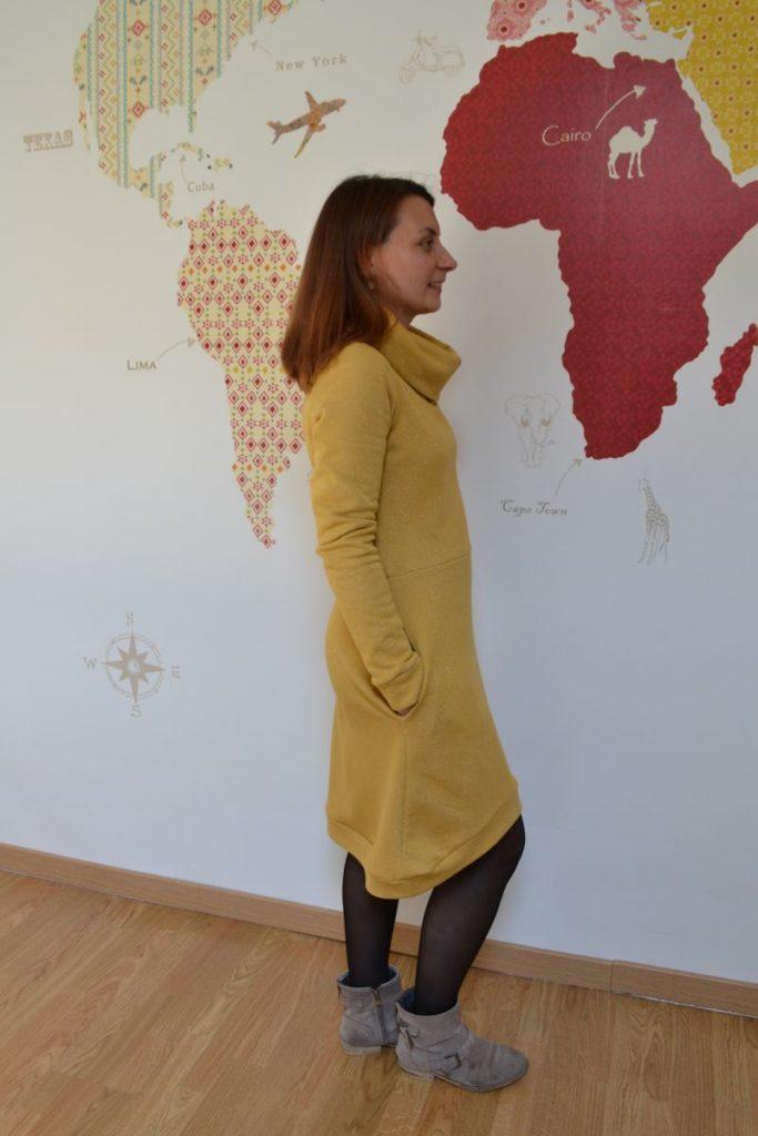 robe pull cocon jaune moutarde à paillettes portée profil droit