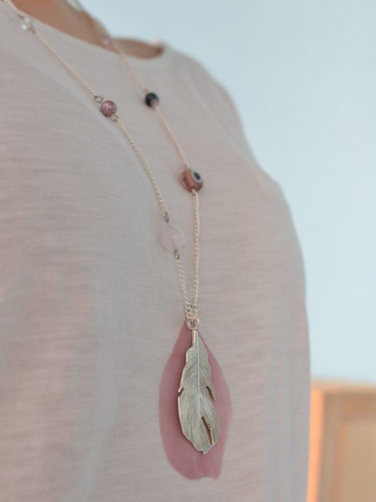 sautoir plume argenté et rose porté