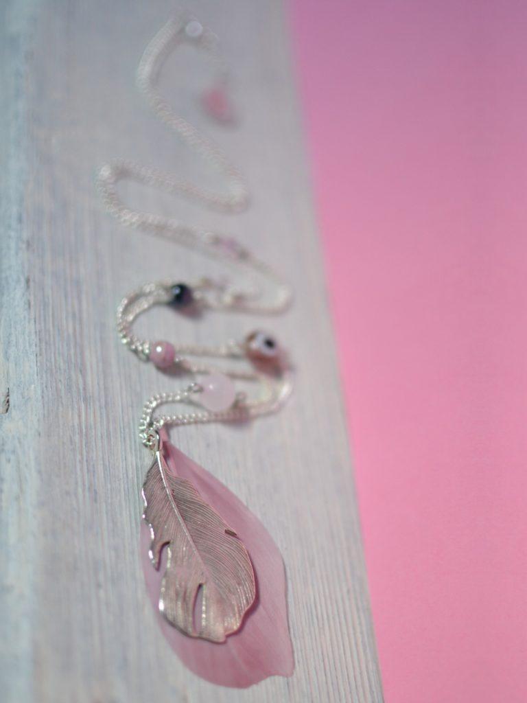 sautoir rose et argenté plumes made in Velanne