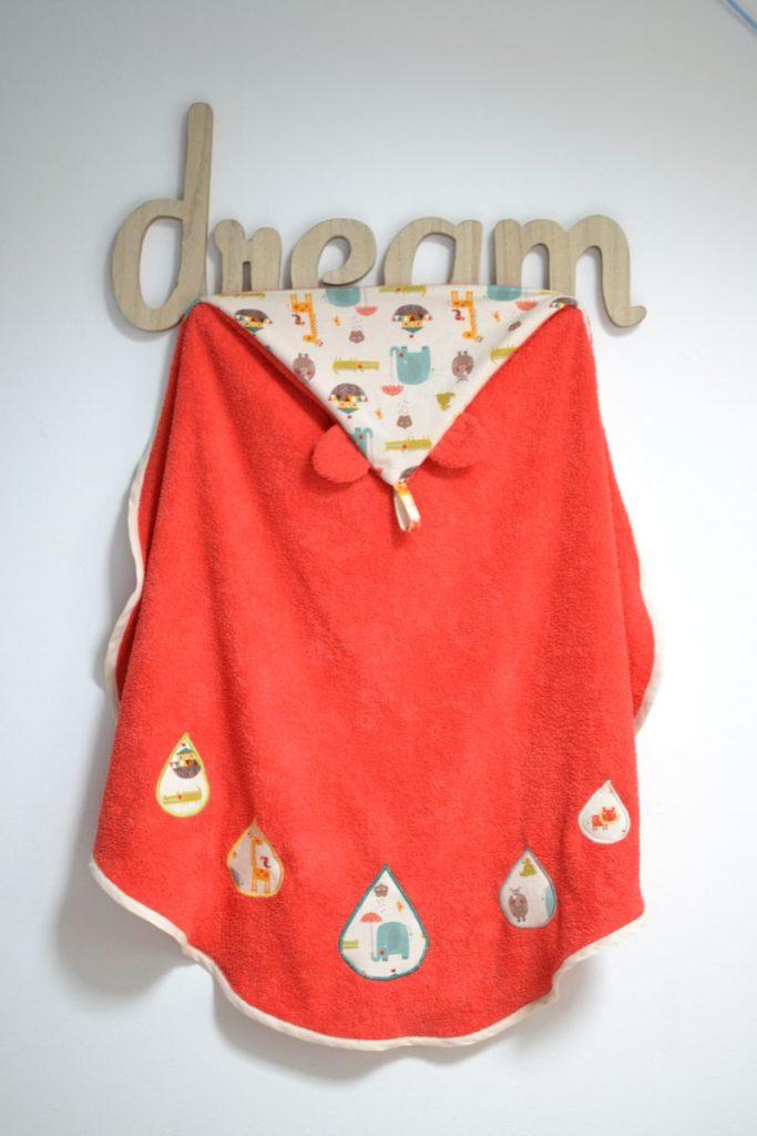 sortie de bain bébé orange et animaux multicolores