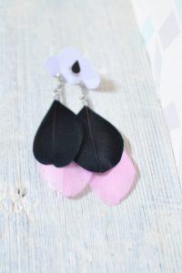 boucles d'oreilles plumes pendantes noires et roses