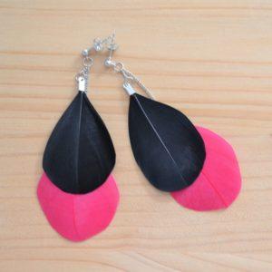 boucles d'oreilles plumes pendantes noires et fuchsia
