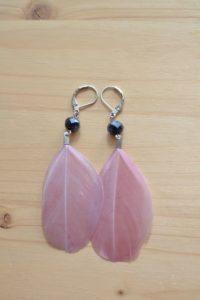 boucles d'oreilles plumes vieux rose et perles noires