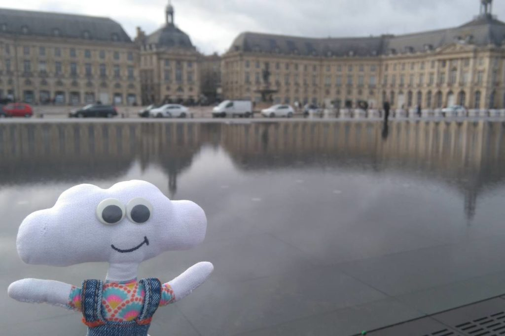 Mr Dream devant le miroir d'eau à Bordeaux