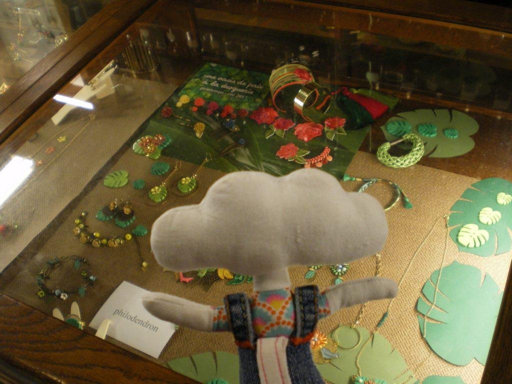 Mr Dream bave devant les vitrines de la Droguerie