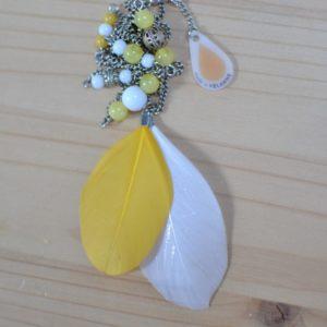 sautoir plume jaune et blanc