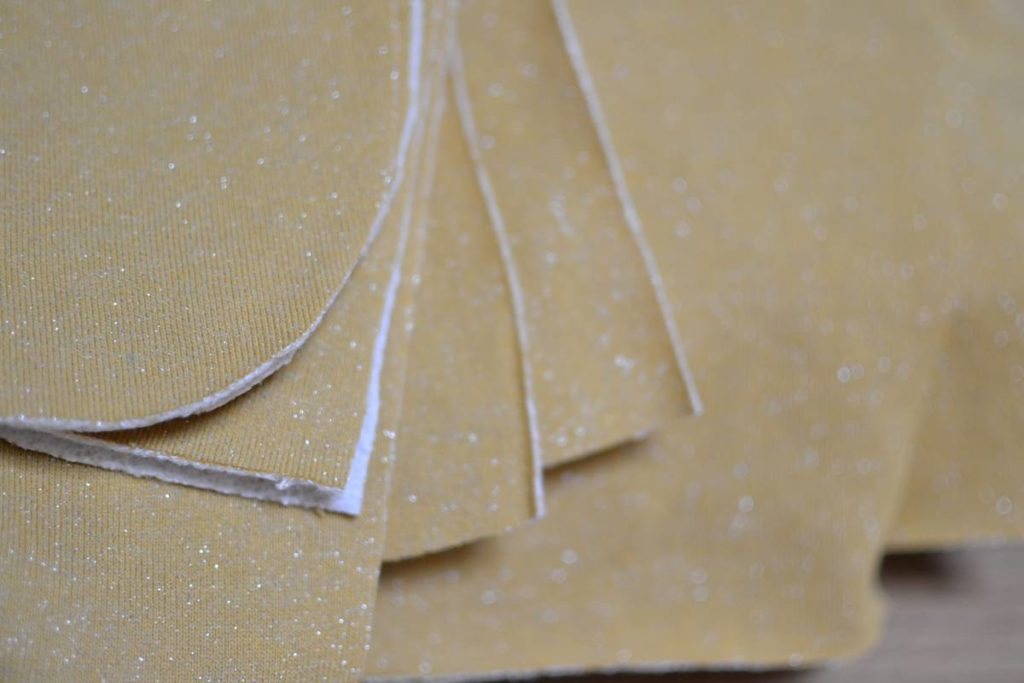 pièces de tissu pur robe pull cocon jaune moutarde à paillettes