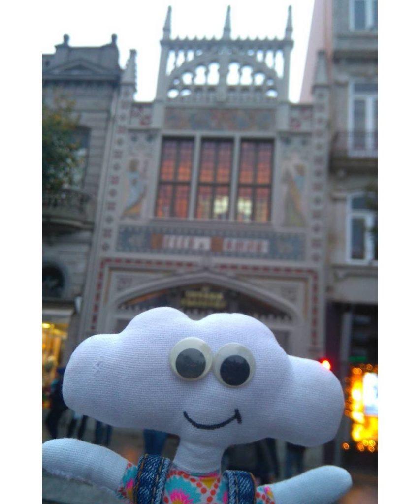 Mr Dream devant la librairie qui a inspiré J.K. Rowling