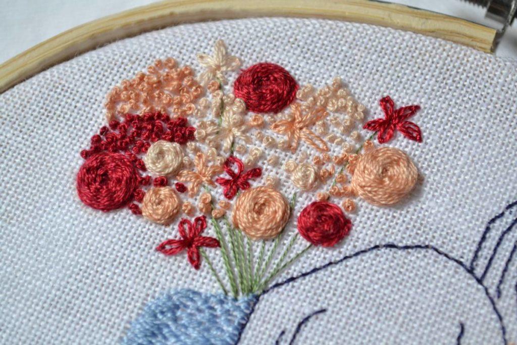 détails bouquet de fleur brodé