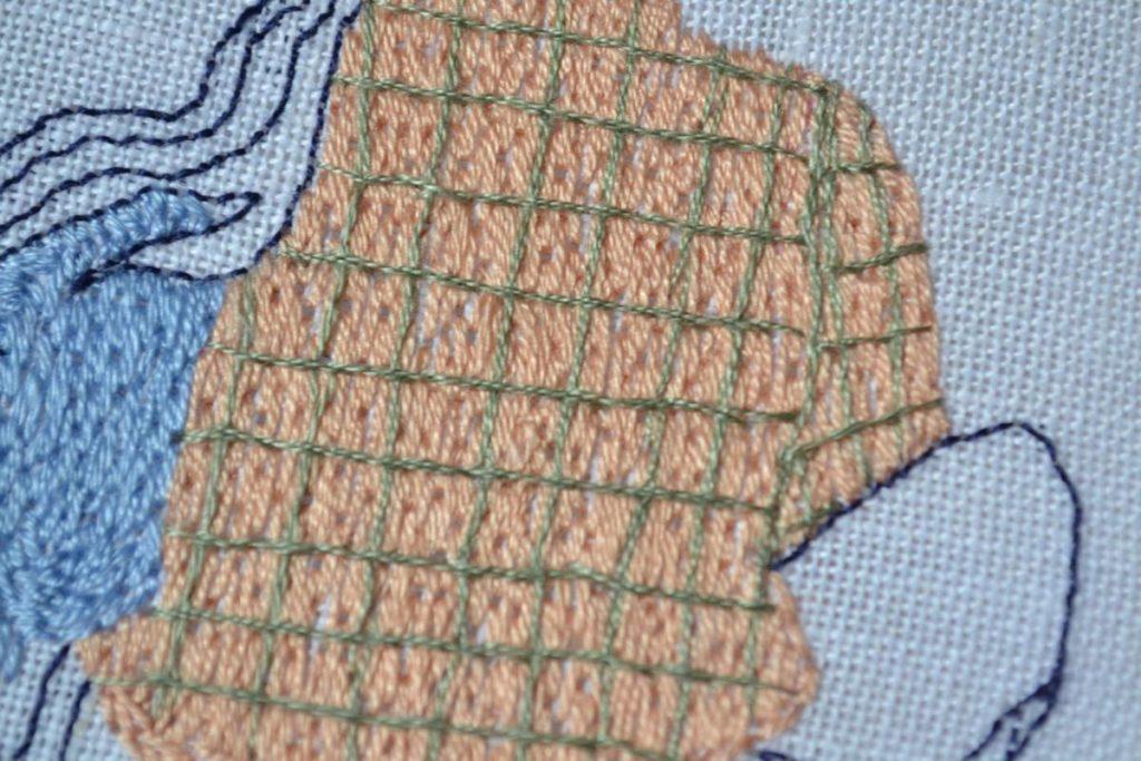 détail chemise à carreaux brodée