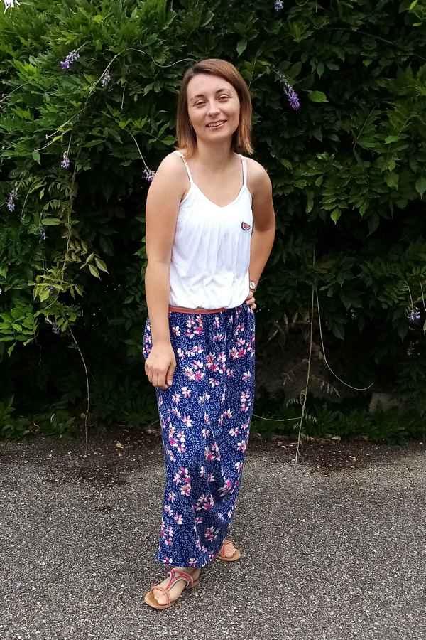 jupe longue bleue à fleurs portée