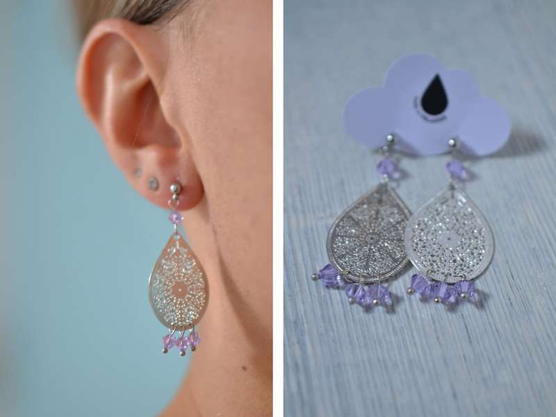 boucles d'oreille gouttes argentées et perles lilas portées