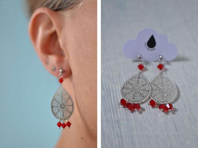 boucles d'oreille gouttes argentées et perles rouges portées