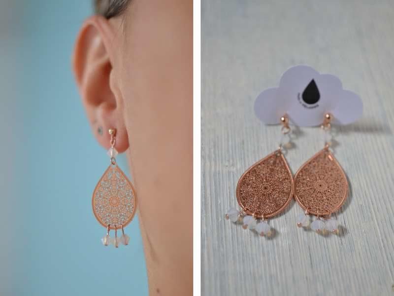 boucles d'oreille gouttes rose gold et perles blanches portées