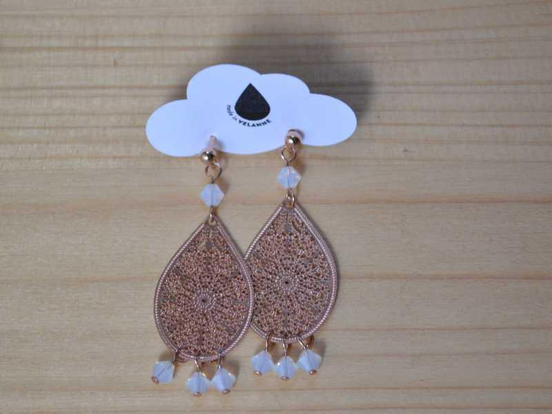 boucles d'oreille gouttes rose gold et perles blanches