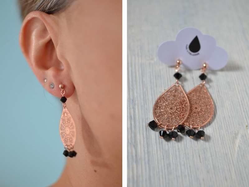 boucles d'oreille gouttes rose gold et perles noires portées