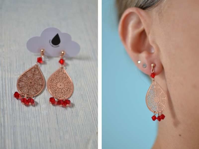 boucles d'oreille gouttes rose gold et perles rouges portées