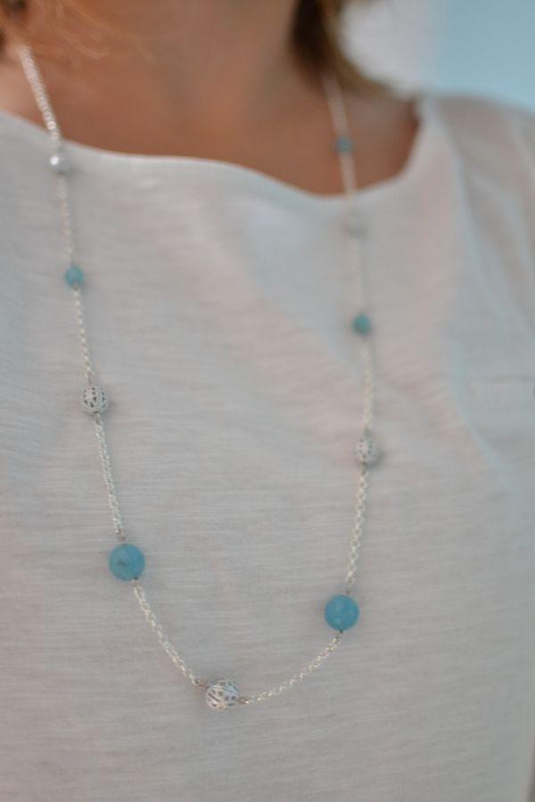 sautoir asymétrique argenté et bleu porté