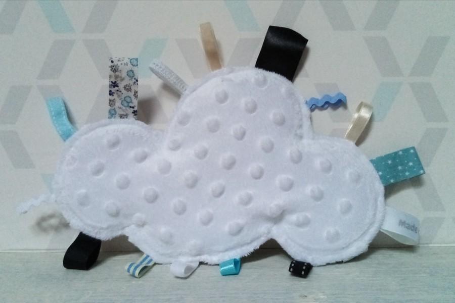 doudou étiquettes nuage minkee blanc et rubans bleu ciel et beige