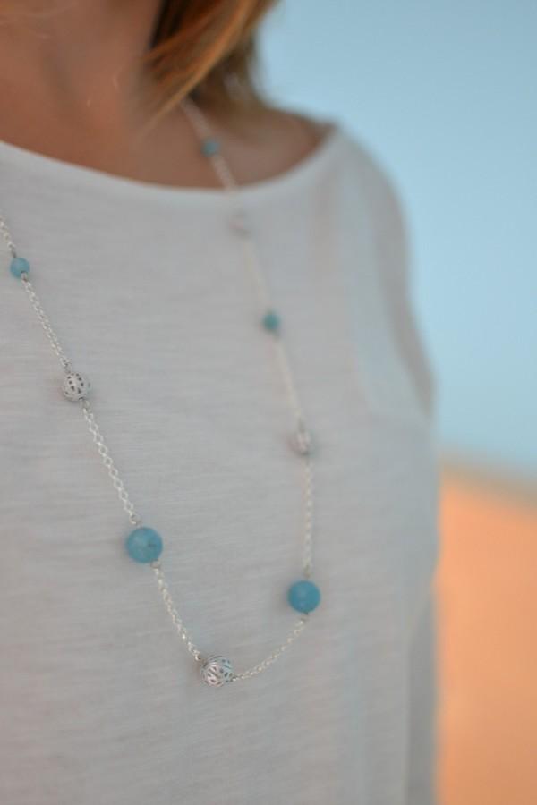sautoir argenté et bleu porté