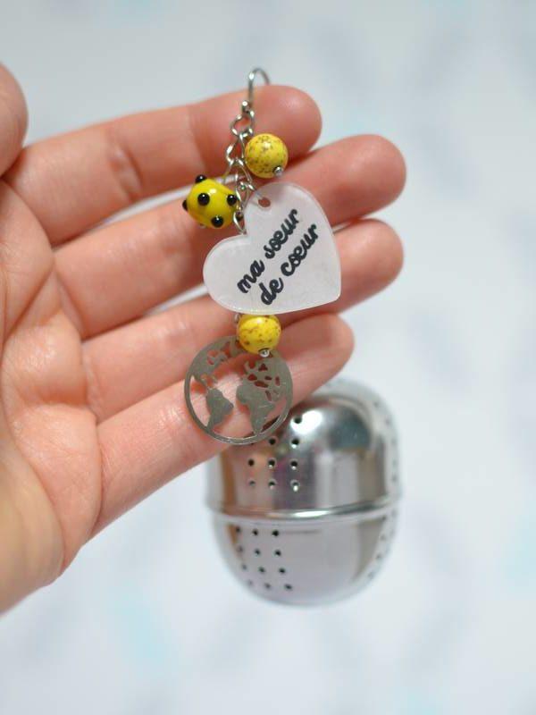 """boule à thé sur-mesure """"ma sœur de cœur"""" mappemonde et perles jaunes"""