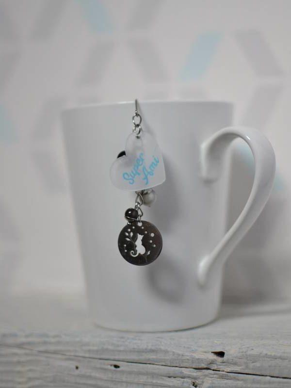 """boule à thé sur-mesure """"super ami"""" breloque chat, perles grises et texte bleu"""