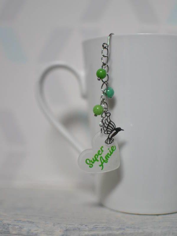 """boule à thé sur-mesure """"super amie"""" breloque oiseau, perles et texte vert"""