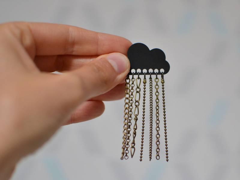 broche nuage noir et chaînettes bronze vieilli