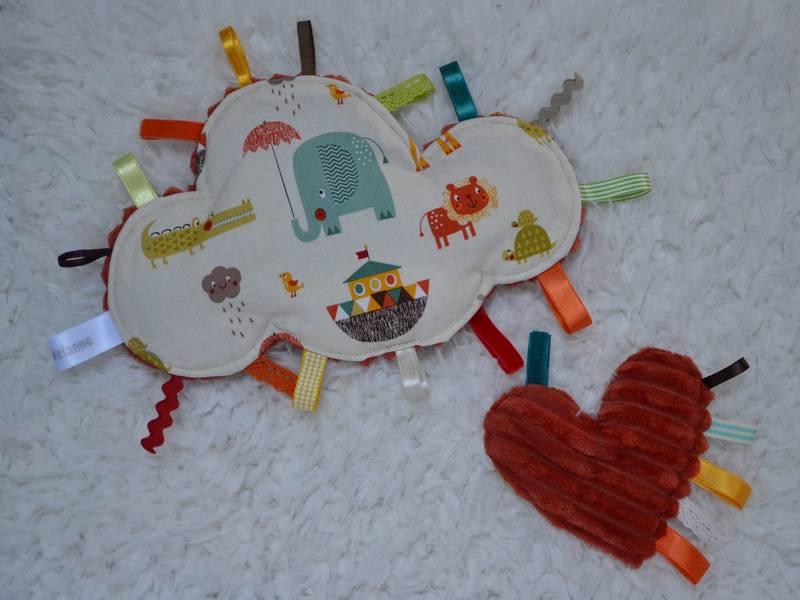 doudou étiquettes nuage animaux multicolores et mini doudou cœur rouille