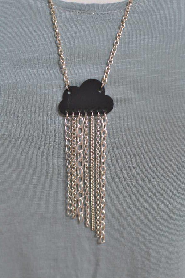 pendentif nuage noir et chaînes argentées