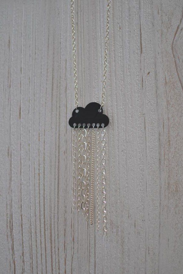 sautoir nuage noir et chaînes argentées