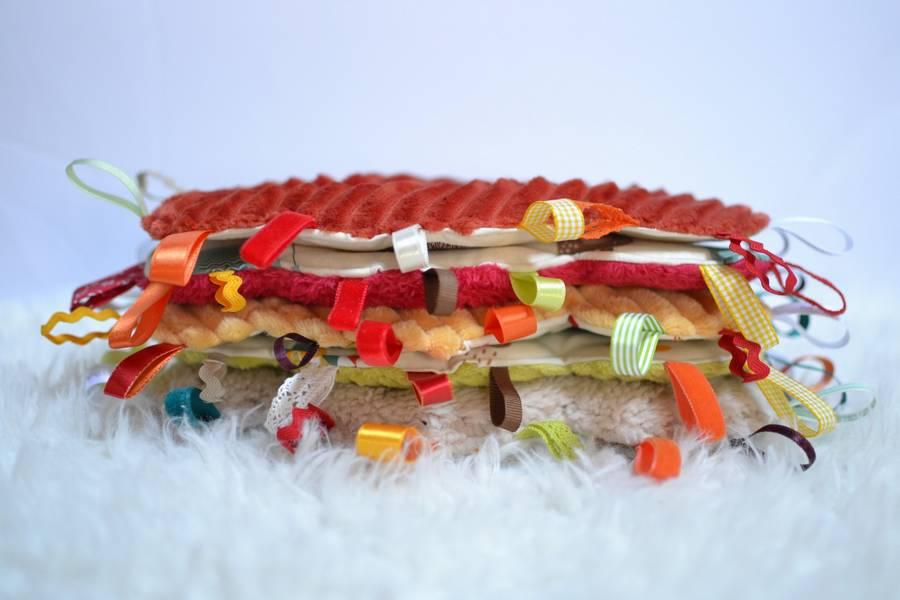 pile doudous étiquettes nuages colorés