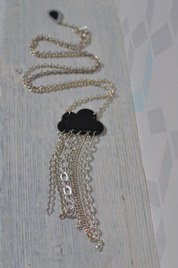 sautoir nuage noir et chaines en métal argenté
